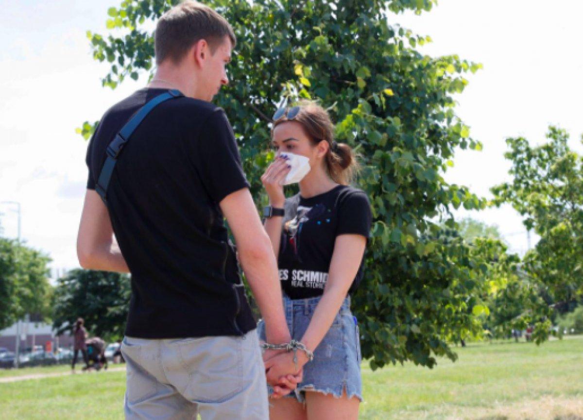 Ukrayna da ayrılmamak için kendilerini birbirlerine kelepçeleyen çift ilişkilerini bitirdiler #1