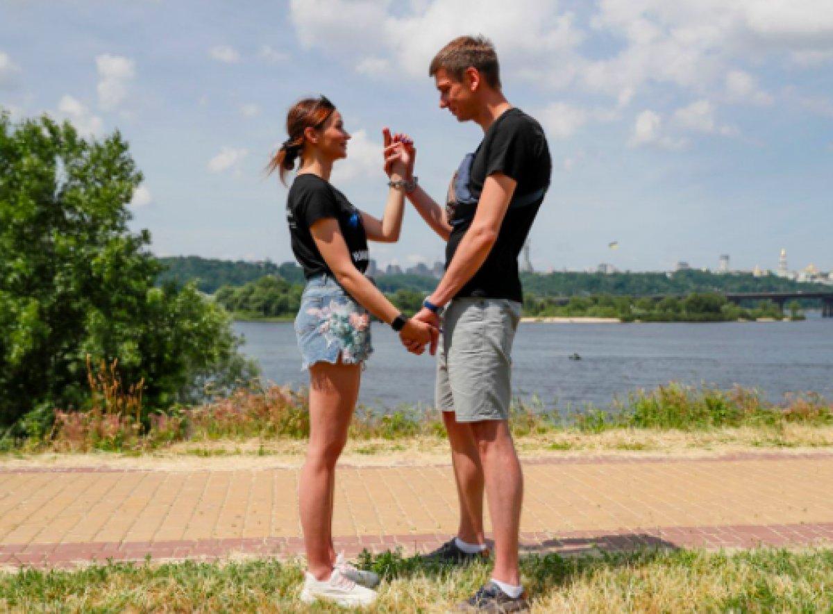 Ukrayna da ayrılmamak için kendilerini birbirlerine kelepçeleyen çift ilişkilerini bitirdiler #2