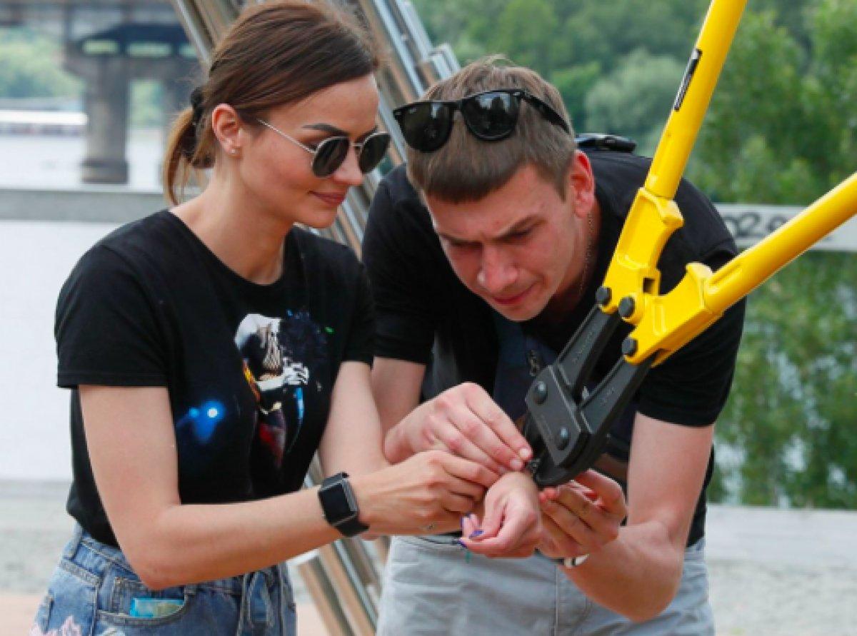 Ukrayna da ayrılmamak için kendilerini birbirlerine kelepçeleyen çift ilişkilerini bitirdiler #3