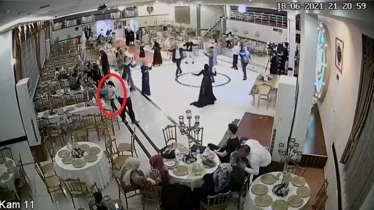 Bursa'da küçük kızın düğün salonundaki hırsızlık anları kamerada #1