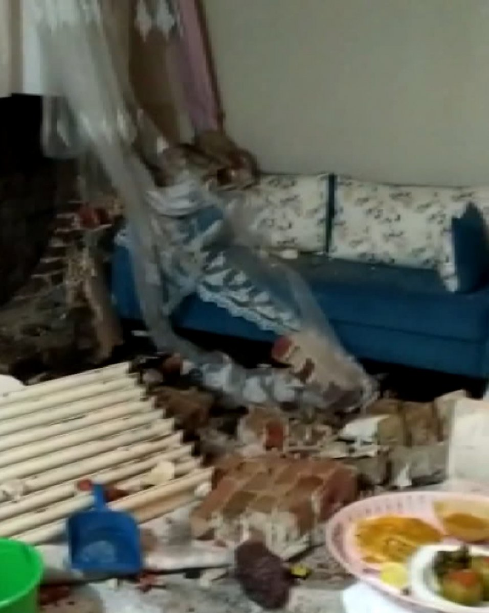 Fatih'te İSKİ çalışması elektrik kablolarını patlattı, bir aile mağdur oldu #6