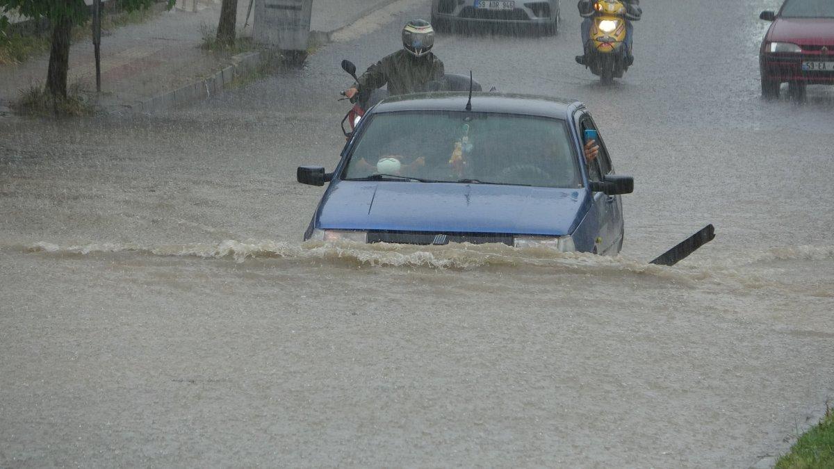 Tekirdağ da caddeler suyla doldu, araçlar mahsur kaldı #1