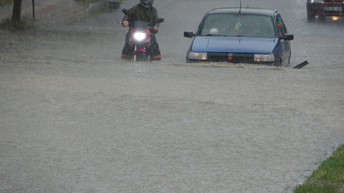 Tekirdağ da caddeler suyla doldu, araçlar mahsur kaldı #2