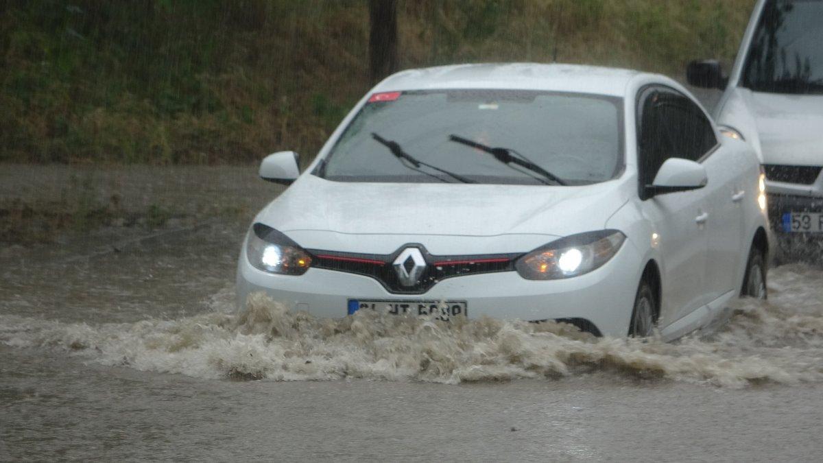 Tekirdağ da caddeler suyla doldu, araçlar mahsur kaldı #3
