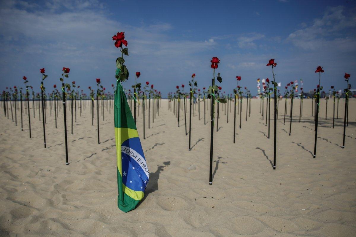 Copacabana Plajı'na koronavirüsten ölenlerin anısına 500 gül dikildi #4