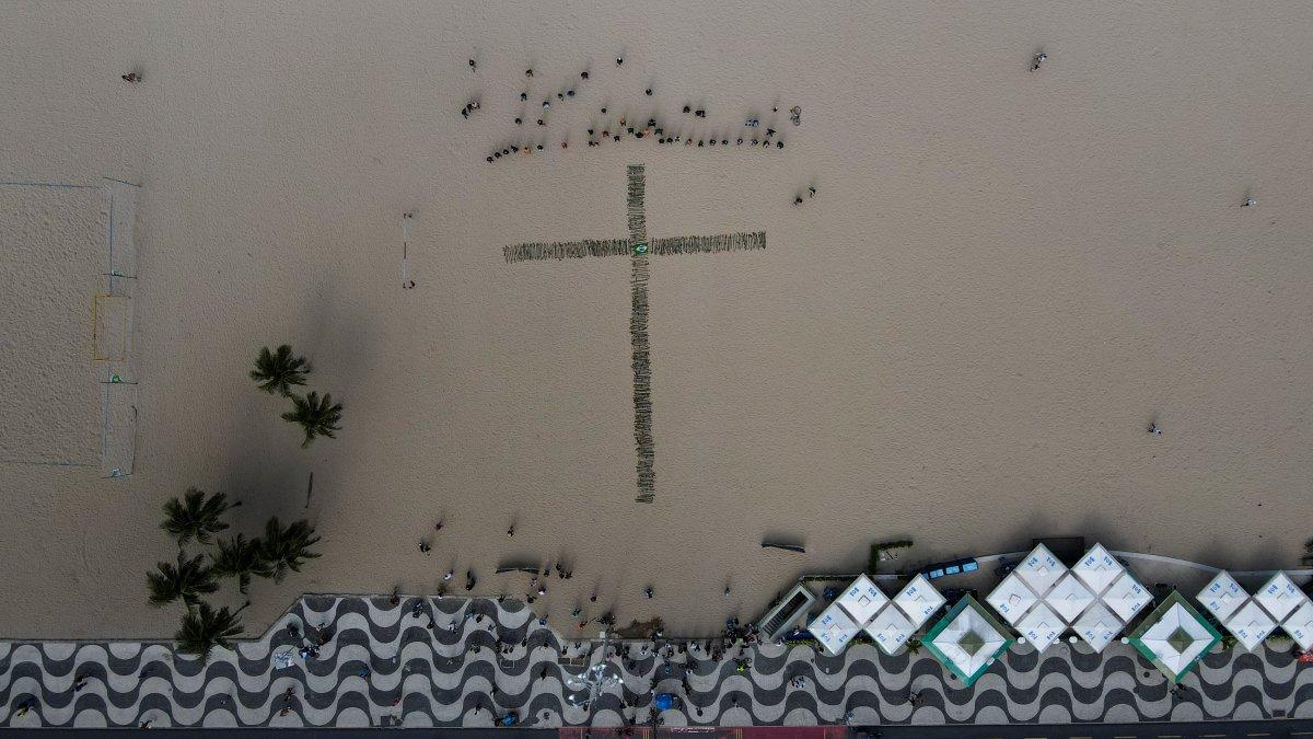 Copacabana Plajı'na koronavirüsten ölenlerin anısına 500 gül dikildi #5