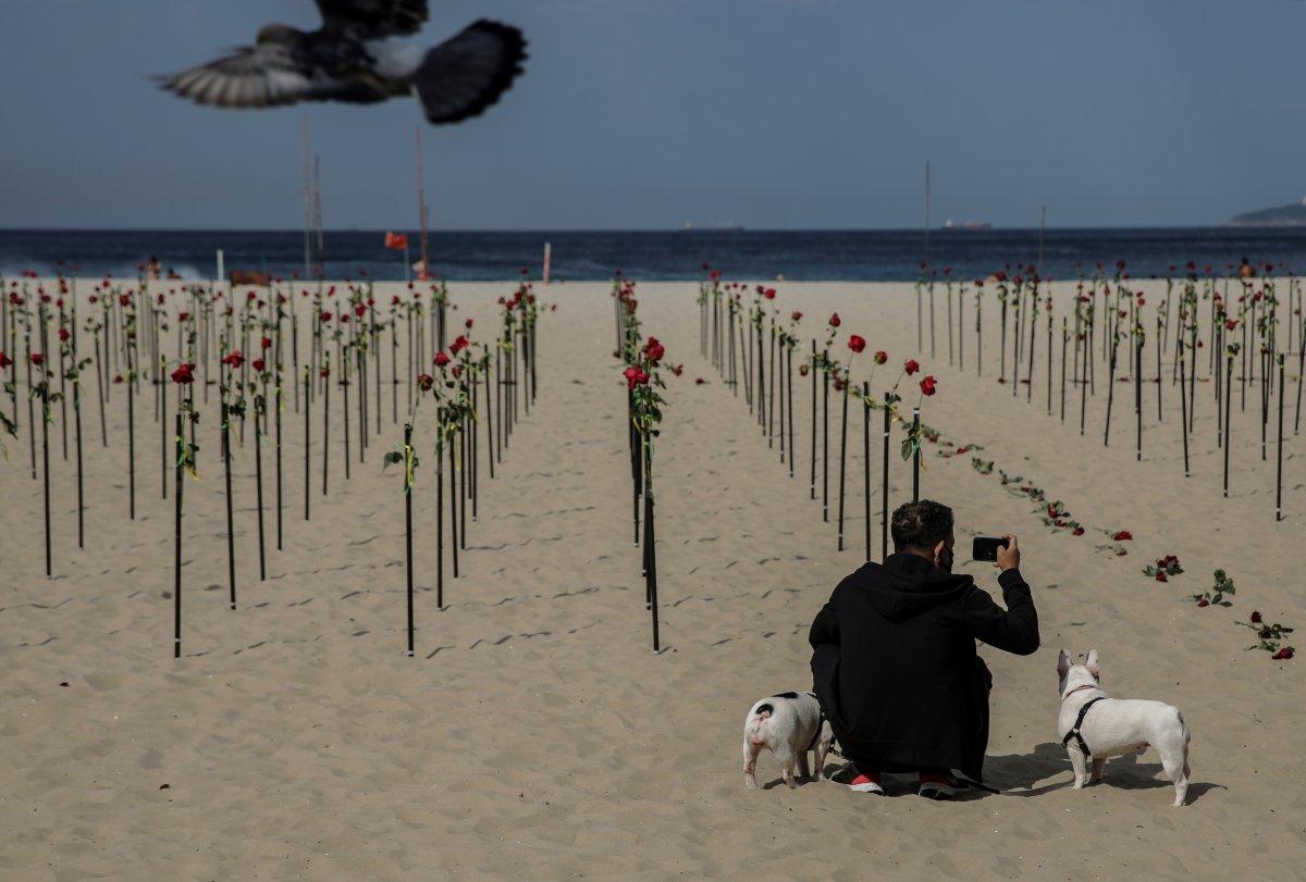 Copacabana Plajı'na koronavirüsten ölenlerin anısına 500 gül dikildi #3