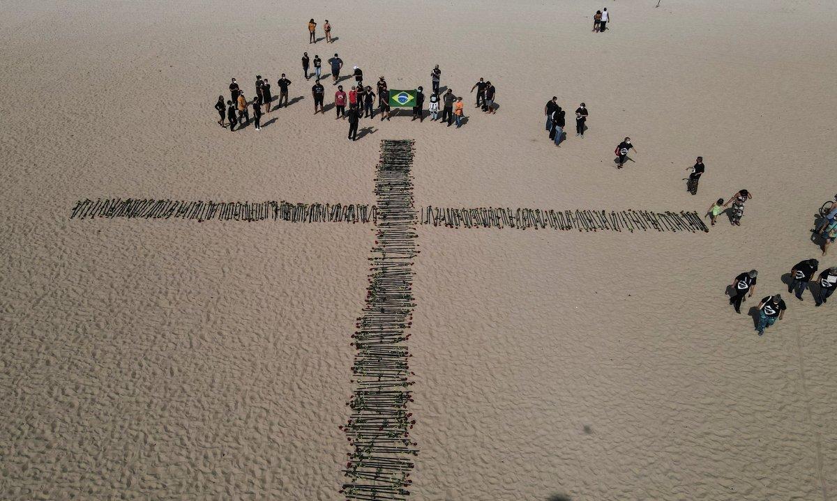 Copacabana Plajı'na koronavirüsten ölenlerin anısına 500 gül dikildi #6