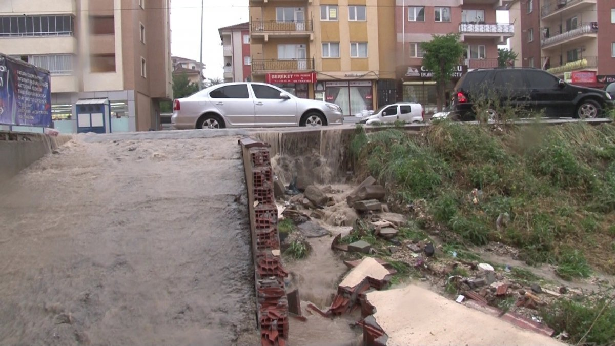 Eskişehir'de istinat duvarı çöktü, bodrum katındaki evi su bastı #3