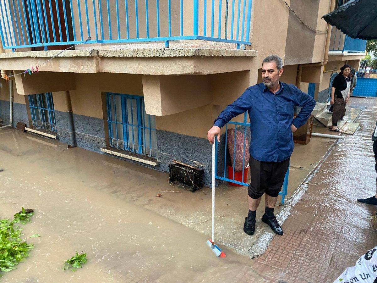 Eskişehir'de istinat duvarı çöktü, bodrum katındaki evi su bastı #1