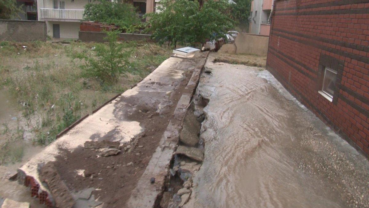 Eskişehir'de istinat duvarı çöktü, bodrum katındaki evi su bastı #2