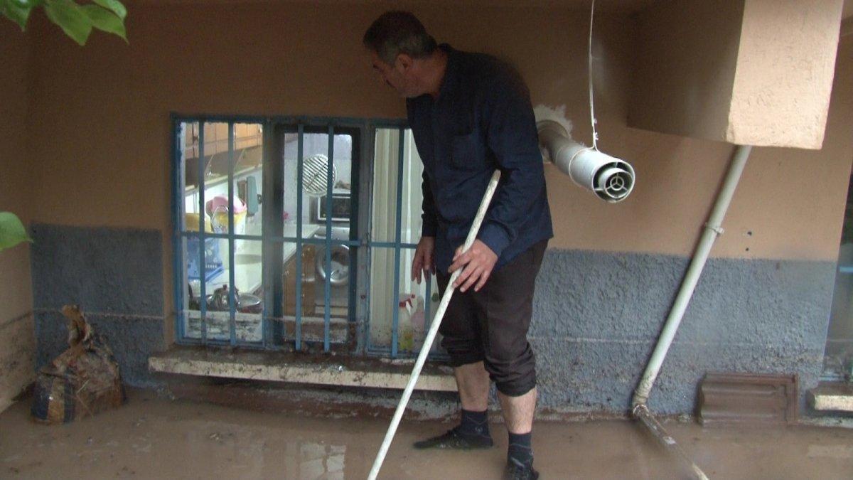 Eskişehir'de istinat duvarı çöktü, bodrum katındaki evi su bastı #4