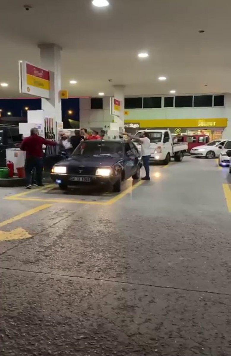 Sancaktepe'de benzin istasyonunda yumruklu kavga #2
