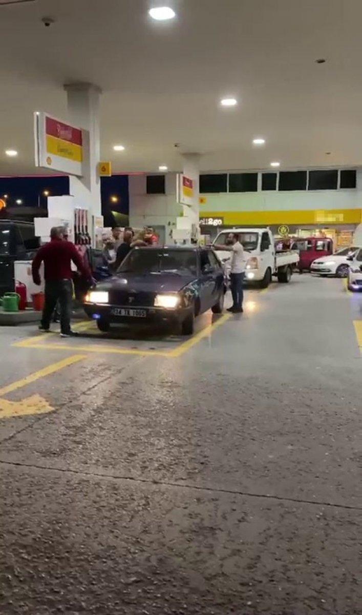 Sancaktepe'de benzin istasyonunda yumruklu kavga #1