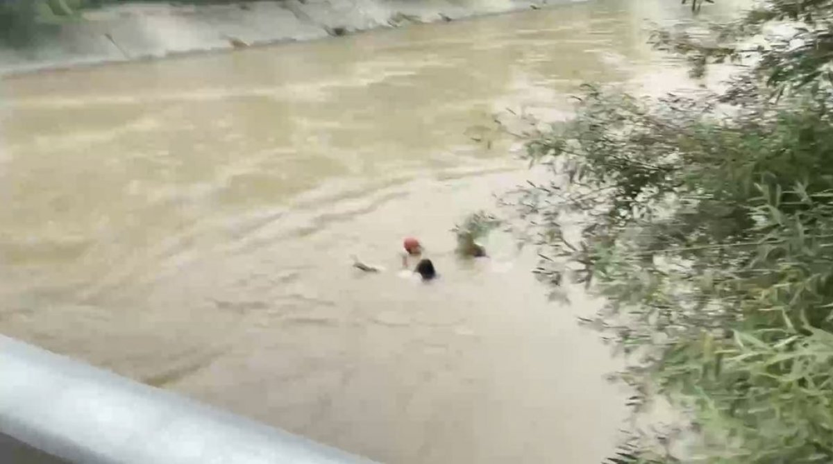 Çin'de su kanalına düşen kadın, boğulmak üzereyken kurtarıldı  #2