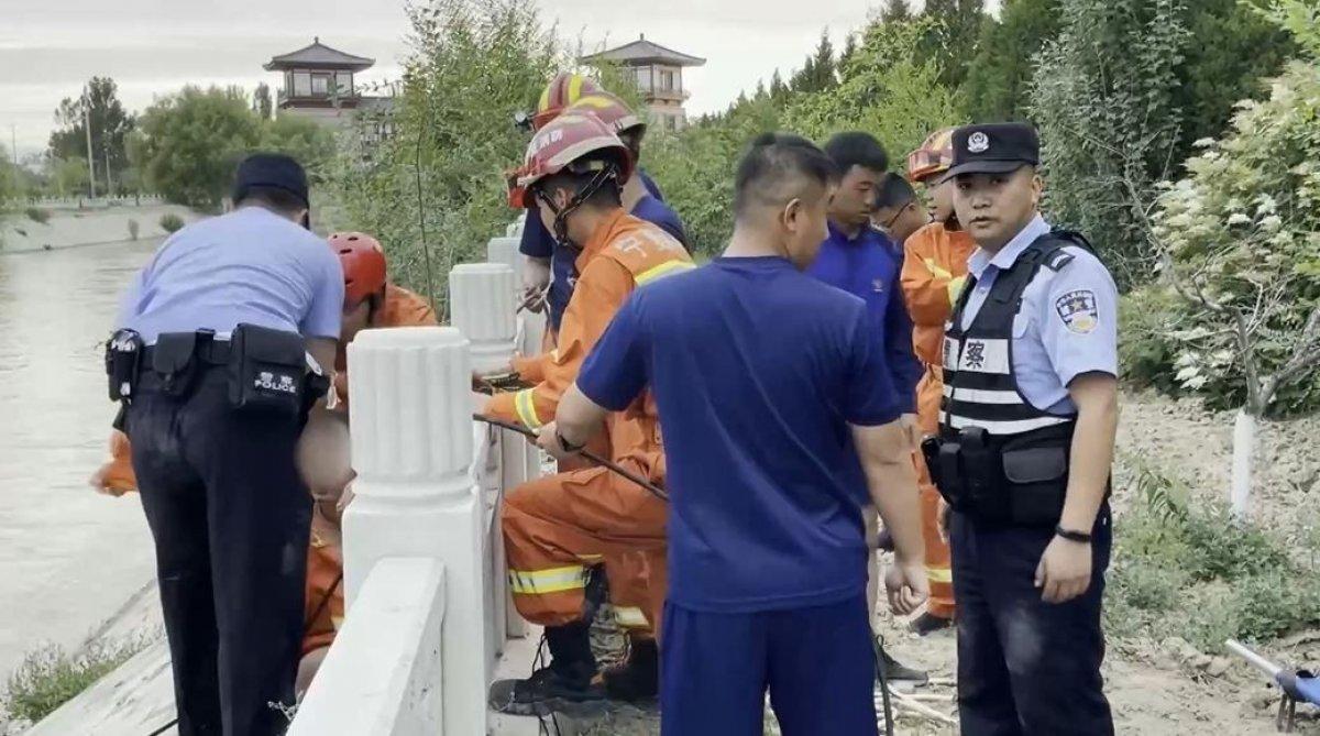 Çin'de su kanalına düşen kadın, boğulmak üzereyken kurtarıldı  #1