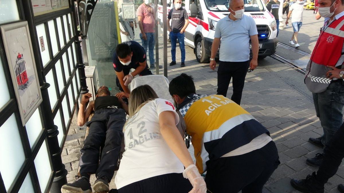 Taksim de tramvay durağında uyuşturucu krizine girdi #1