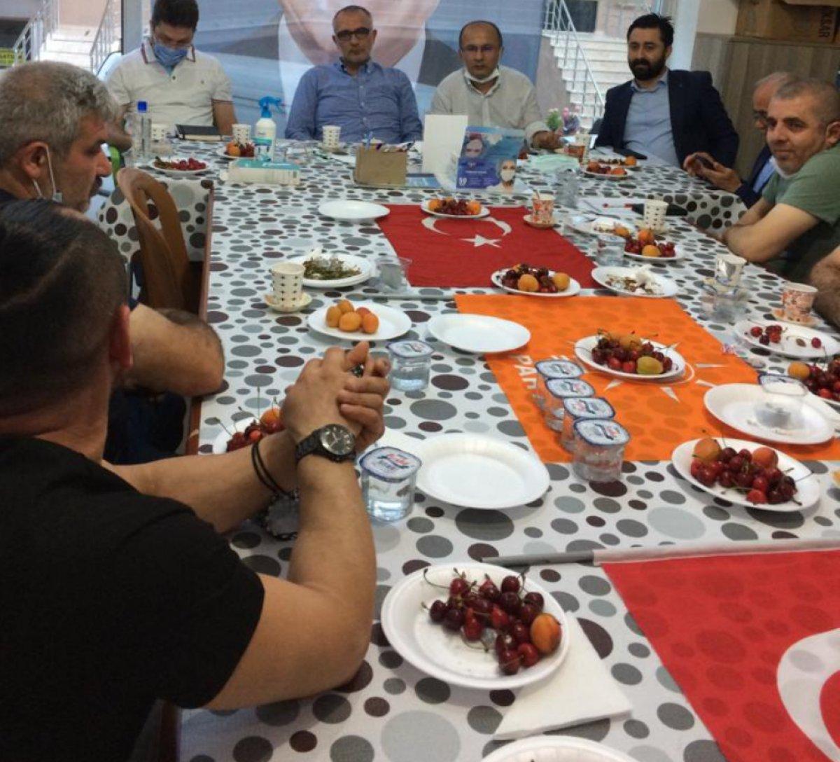 Türk bayrağı üzerinde yemek yenilmesine sert tepki #1