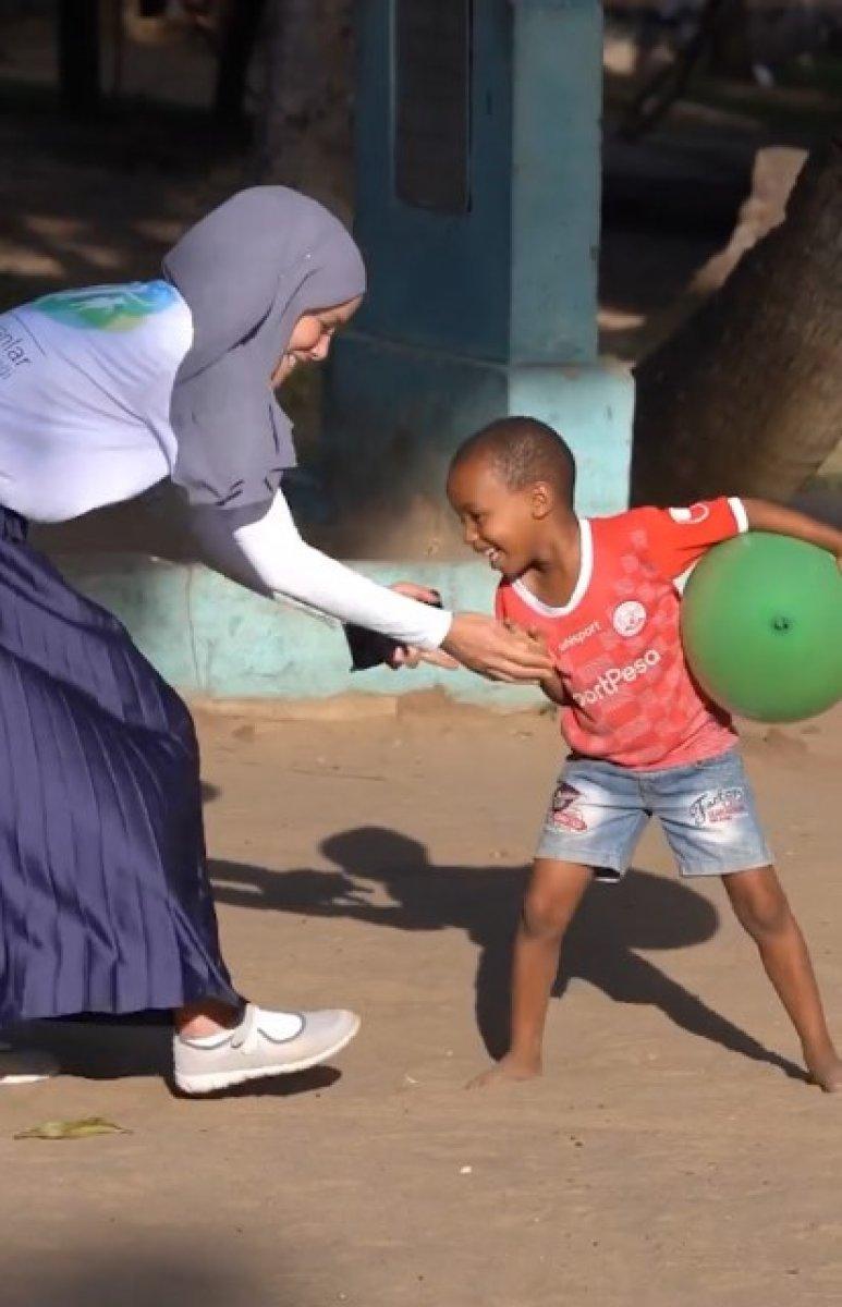 Gamze Özçelik, Tanzanyalı çocukların yardımına koştu #1