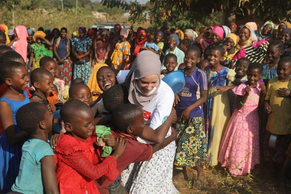 Gamze Özçelik, Tanzanyalı çocukların yardımına koştu #2