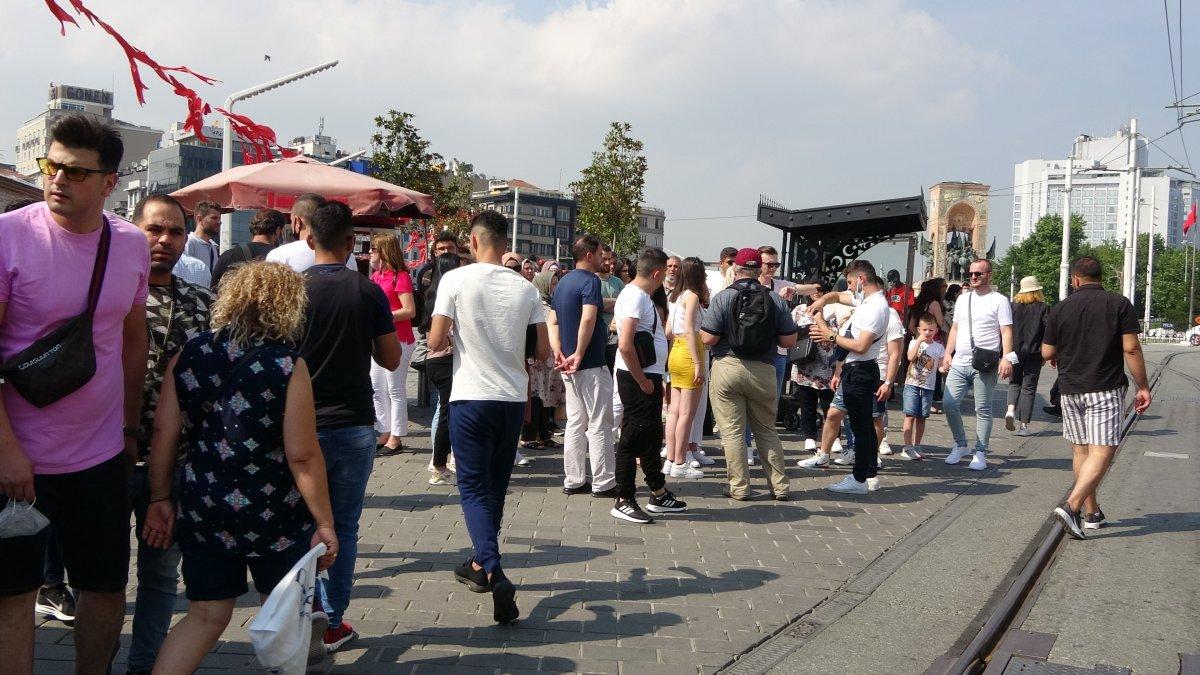 Taksim de pandemi öncesini aratmayan yoğunluk #1