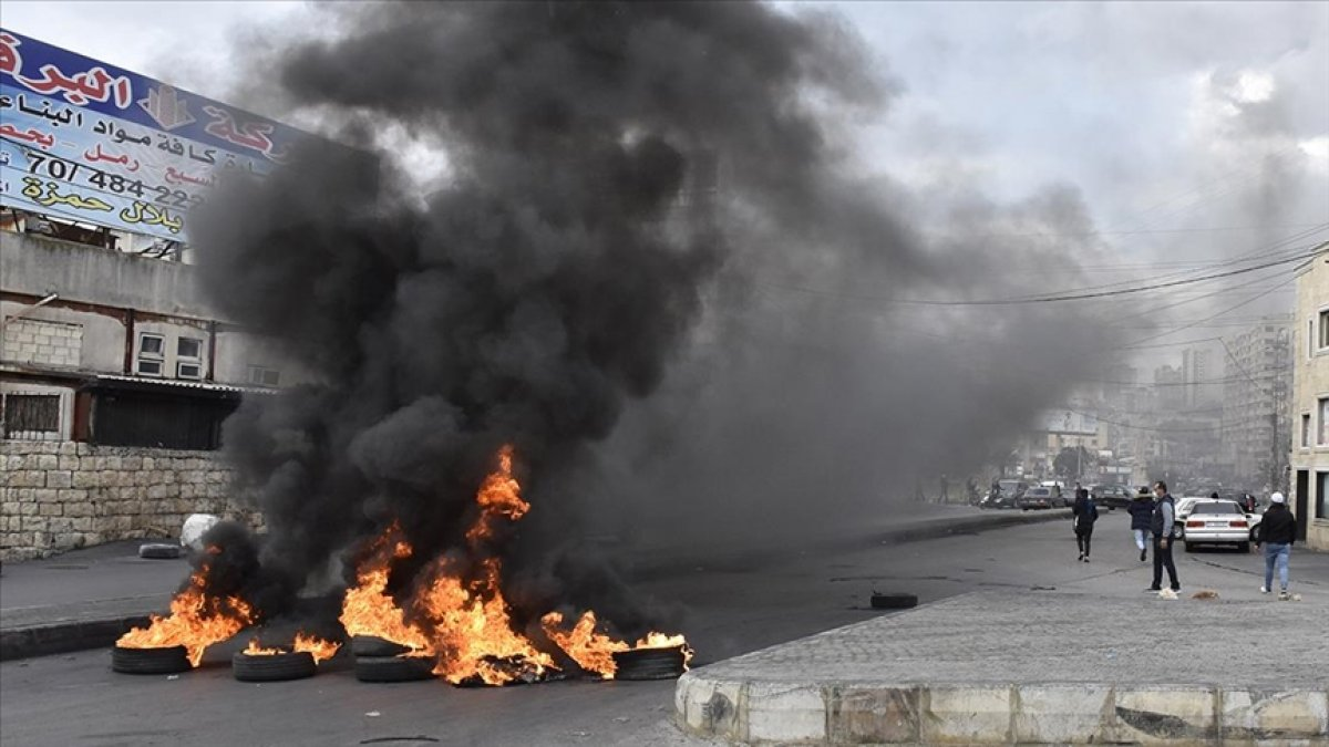 Lübnan da kötü yaşam koşullarını protesto eden halk ana yolları trafiğe kapadı #1
