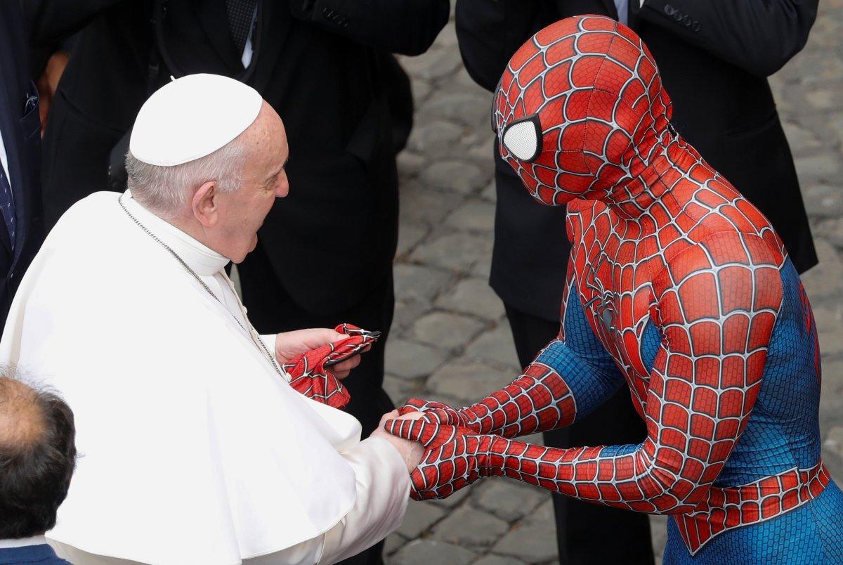 Örümcek Adam kostümüyle Papa nın konuşmasına katıldı #1