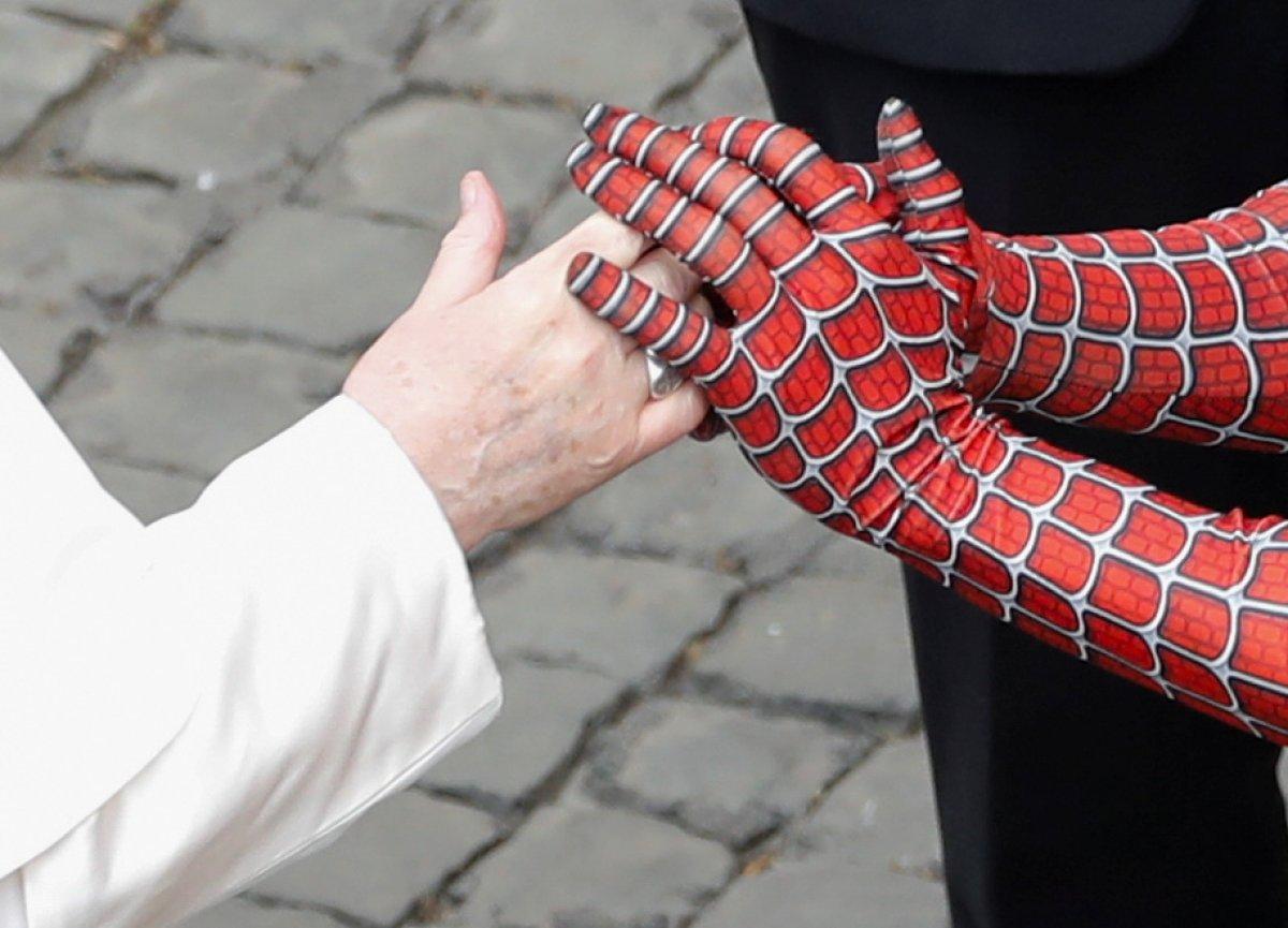 Örümcek Adam kostümüyle Papa nın konuşmasına katıldı #3