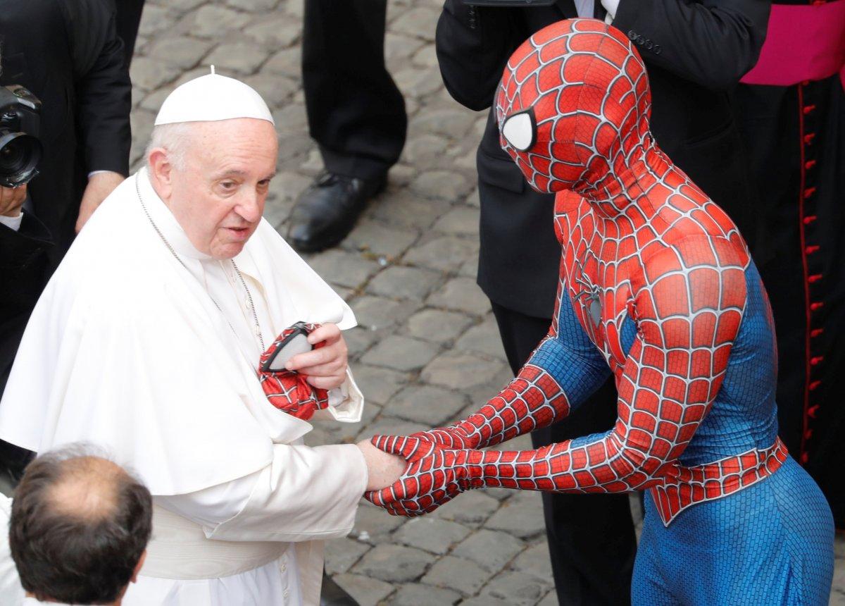 Örümcek Adam kostümüyle Papa nın konuşmasına katıldı #2