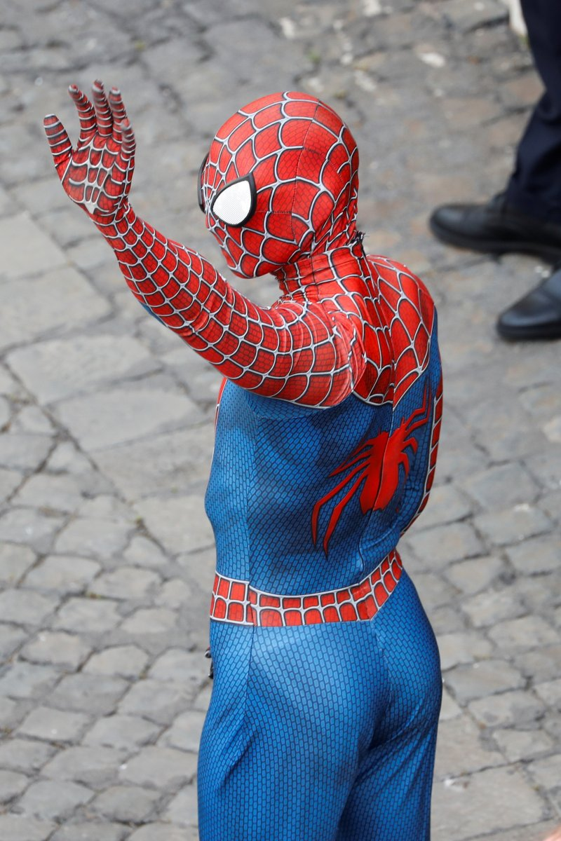 Örümcek Adam kostümüyle Papa nın konuşmasına katıldı #9