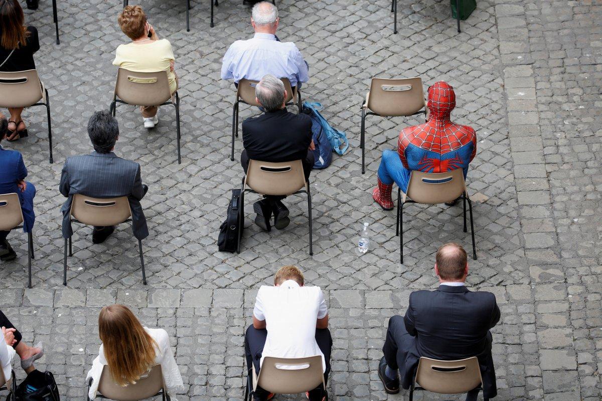 Örümcek Adam kostümüyle Papa nın konuşmasına katıldı #4