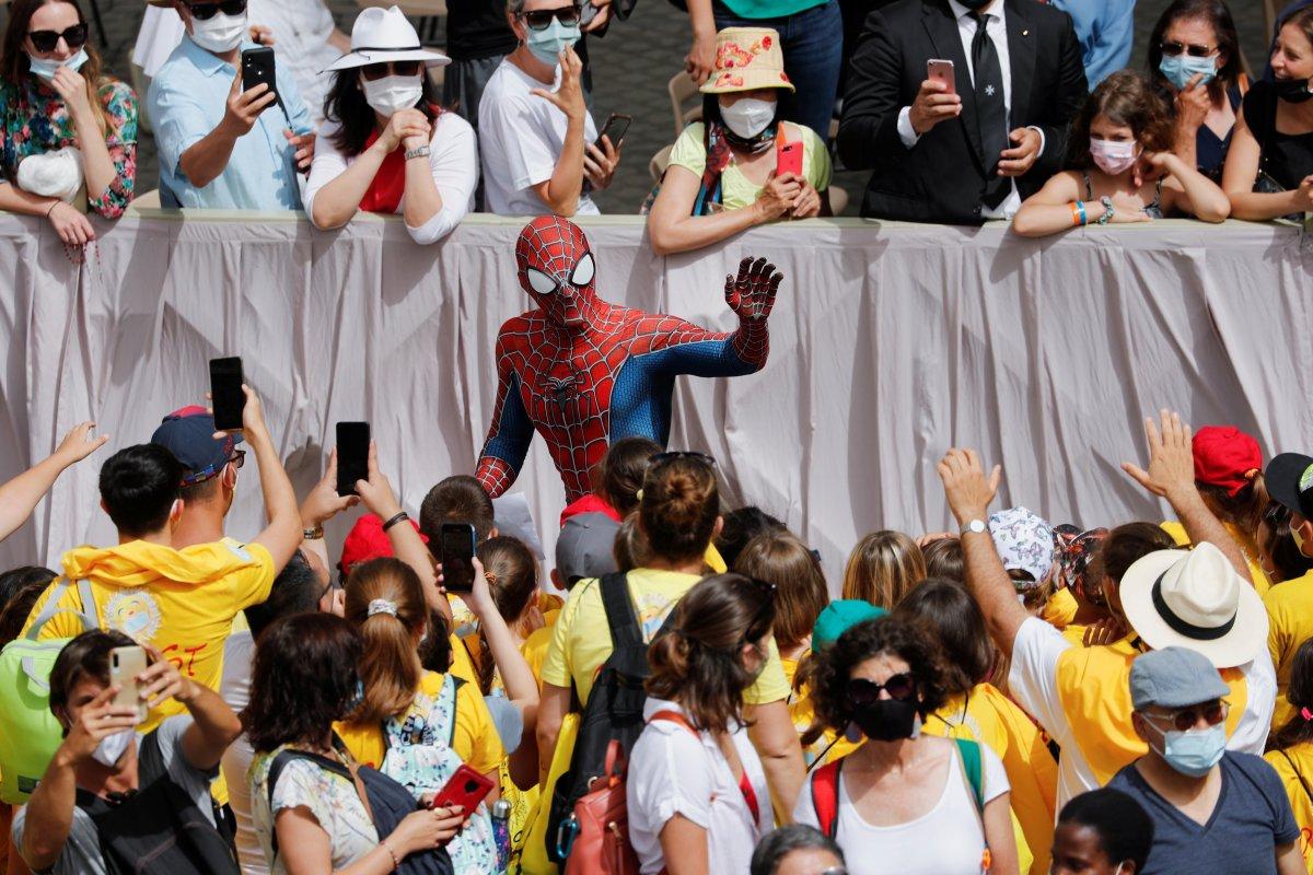 Örümcek Adam kostümüyle Papa nın konuşmasına katıldı #7