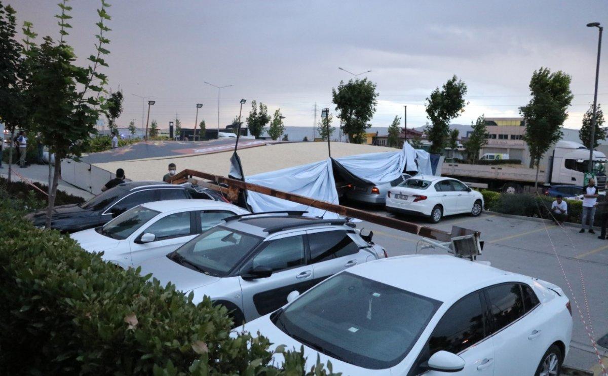 Denizli deki fırtınada bir araç, hurda olmaktan kıl payı kurtuldu #5