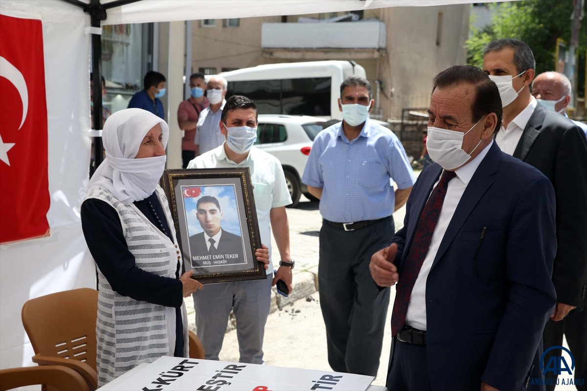 Muş ta çocukları dağa kaçırılan ailelerden HDP binası önünde eylem #2