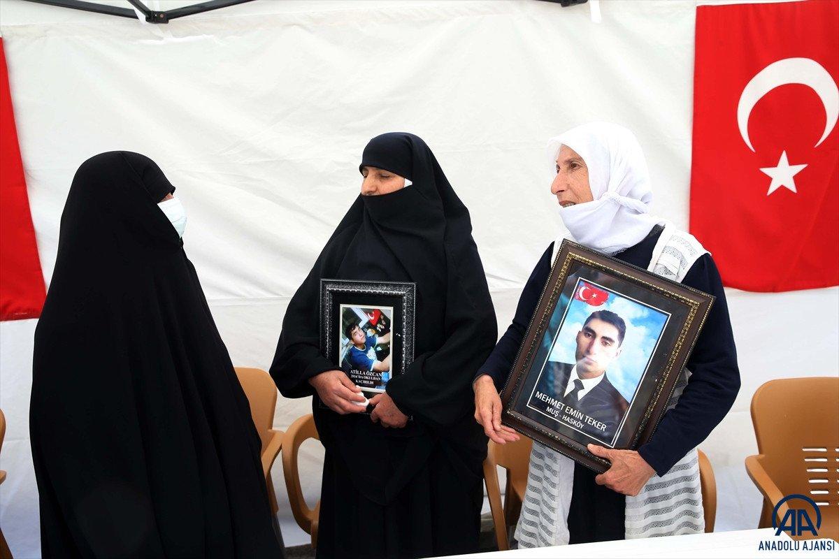 Muş ta çocukları dağa kaçırılan ailelerden HDP binası önünde eylem #8