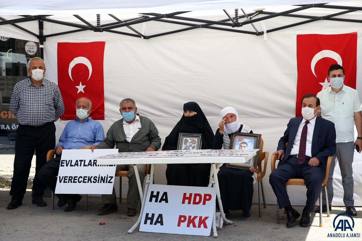 Muş ta çocukları dağa kaçırılan ailelerden HDP binası önünde eylem #3