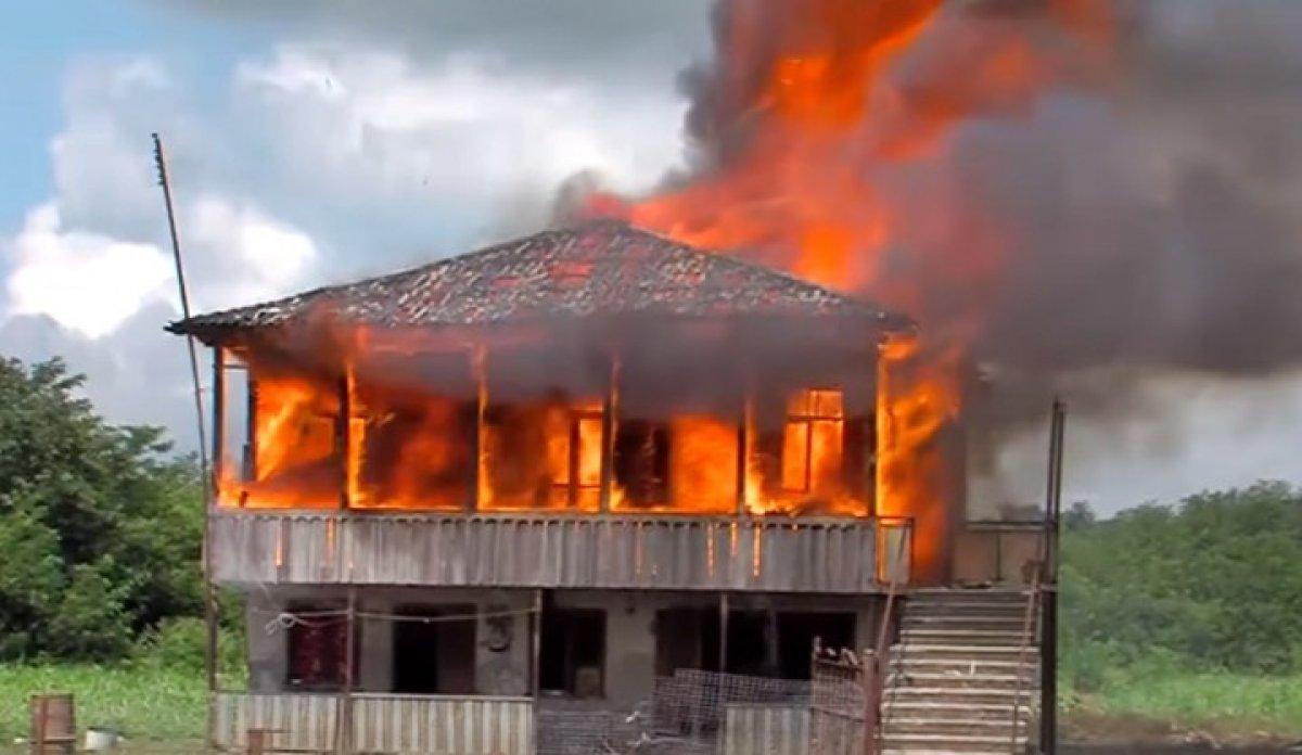 Gürcistan da tecavüzle suçlanan baba-oğulun evi yakıldı #1