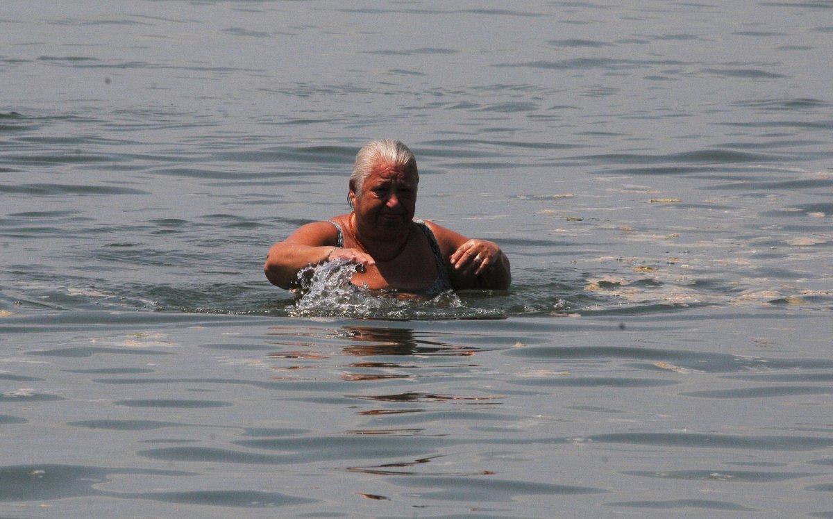 Kocaeli de vatandaşlar müsilaja aldırmadan denize girdi #3