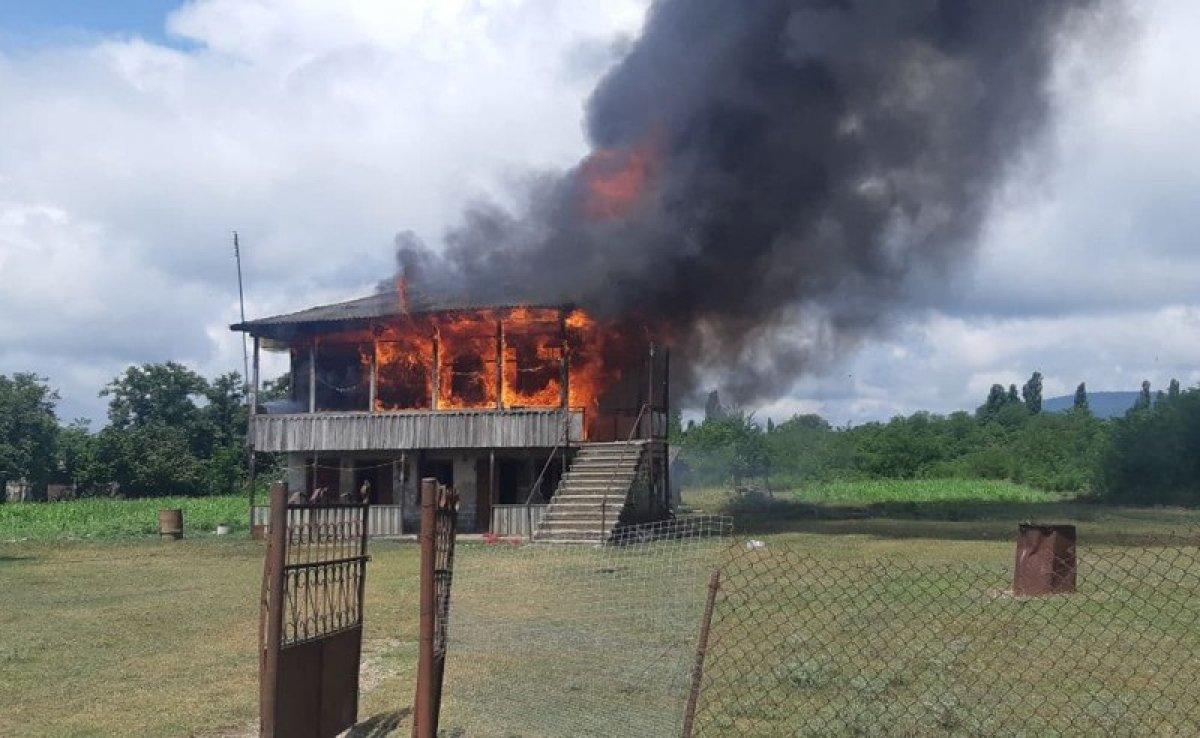 Gürcistan da tecavüzle suçlanan baba-oğulun evi yakıldı #2