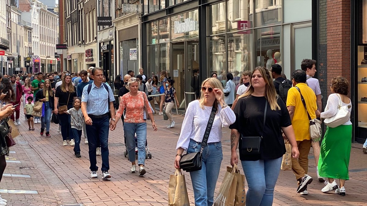 Hollanda da kapalı alanlarda maske zorunluluğu kalktı #3
