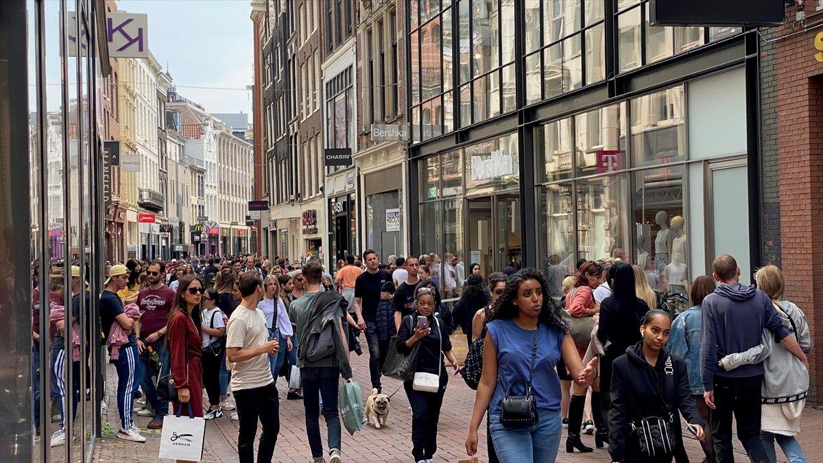 Hollanda da kapalı alanlarda maske zorunluluğu kalktı #2