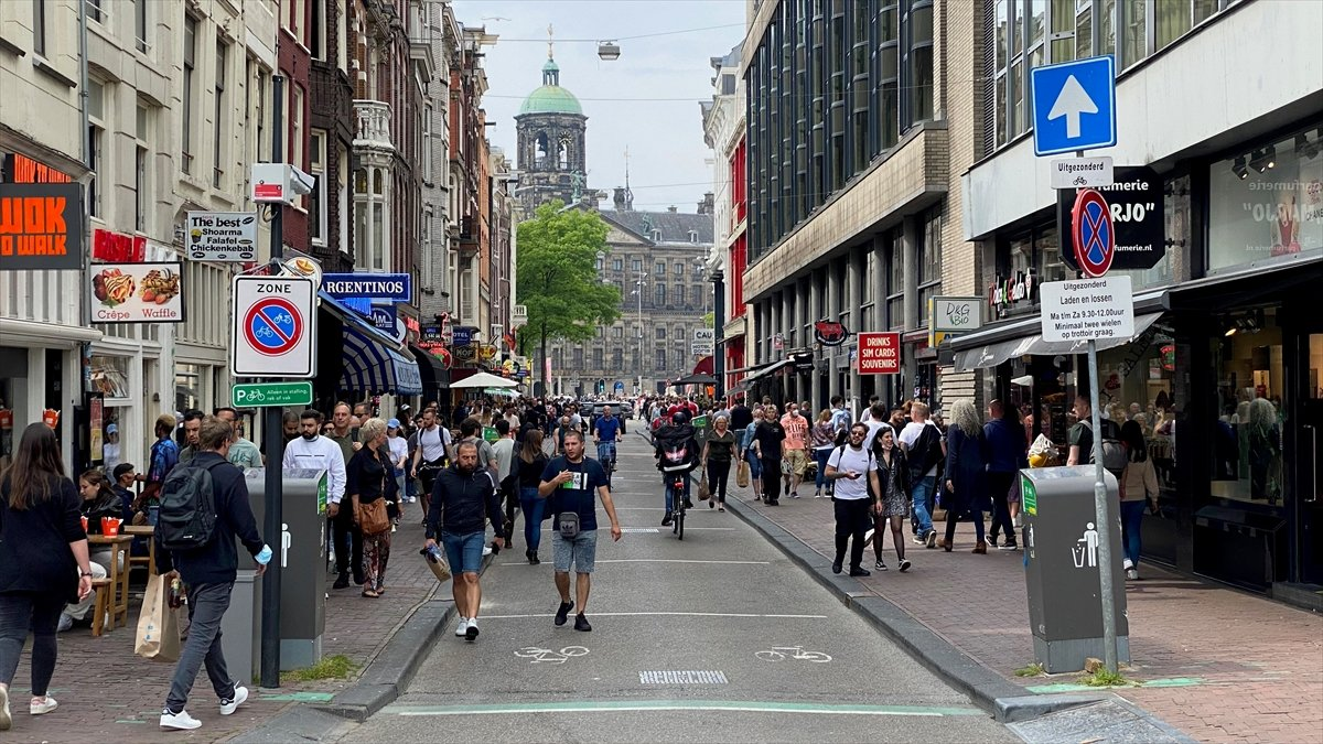 Hollanda da kapalı alanlarda maske zorunluluğu kalktı #1