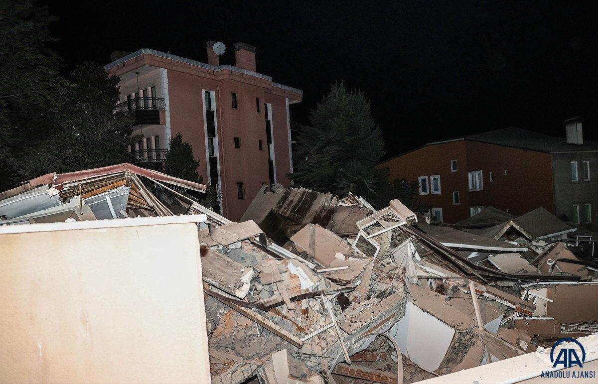 Sarıyer de çöken binayı görmeye gelen belediye başkanı Şükrü Genç e tepki #2