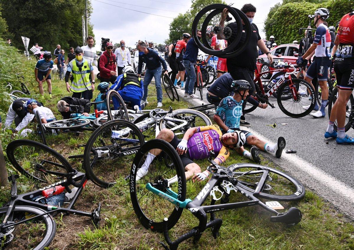 Fransa Bisiklet Turu'nda kazaya neden olan seyirci aranıyor #4