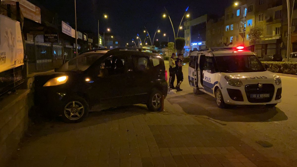 Bursa da polisin dur ihtarına uymadı, mezarlık duvarına çarptı #5