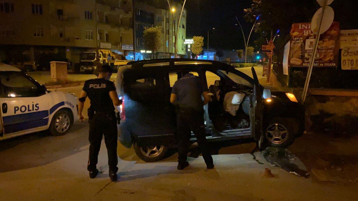 Bursa da polisin dur ihtarına uymadı, mezarlık duvarına çarptı #3