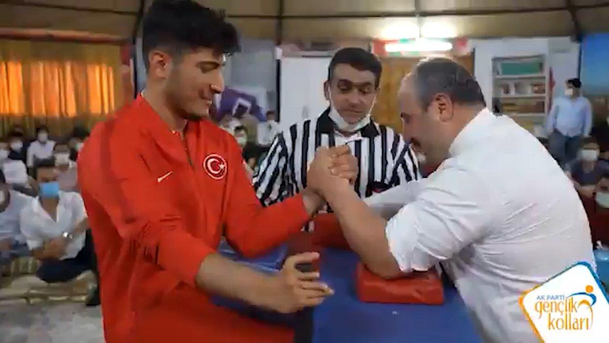 Mustafa Varank, milli sporcuyla bilek güreşi için buluştu #2