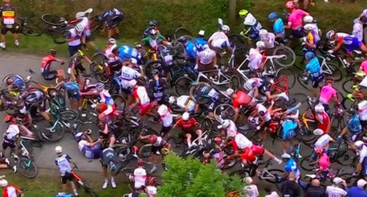 Fransa Bisiklet Turu nda kazaya sebep olan kişi teslim oldu #2