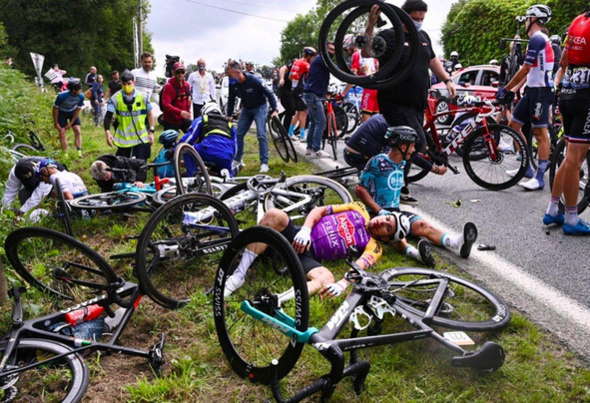 Fransa Bisiklet Turu nda kazaya sebep olan kişi teslim oldu #4
