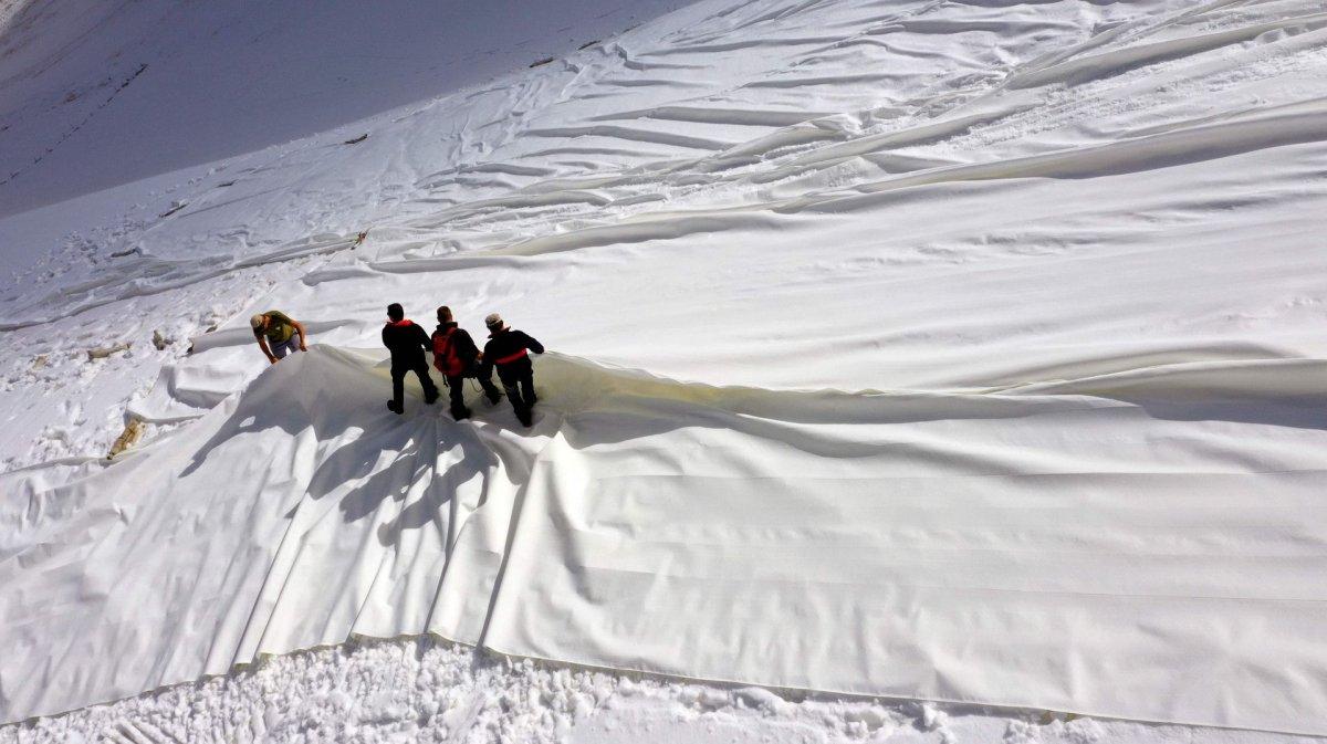 İtalya daki Presena buzulu örtüyle kaplandı #3